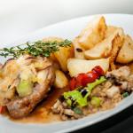 Gratinovaný vepřový steak s hermelínem, cibulí, česnekem, tymiánové brambory